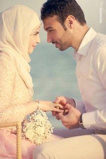 انا انسة  كويتية ملتزمة رومانسية احب الاستقرار والاسرة