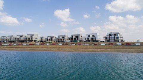 شقة مطلة على بحر الحمرية في امارة الشارقة بقسط شهري 3500درهم فقط