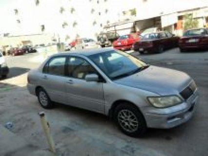 سيارة ميتسوبيشي لانسر موديل 2002 اللون فضي للبيع