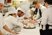 طباخين وطهات من الجنسية المغربية مهارة وخبرة بجميع التخصصات